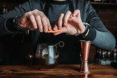 Bartender med en coctail arkivfoton