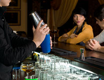 Bartender som blandar en coctail under lycklig timme royaltyfria bilder