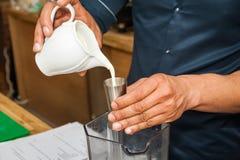Bartender som förbereder coctailen Arkivfoton
