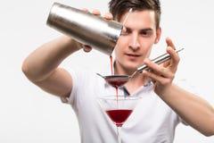 Bartender som förbereder coctail Arkivbilder