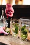 Bartender som g?r den Mojito coctailen i bar arkivfoto