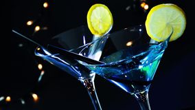 Bartender som häller den blåa coctaildrinken på en diskostångtabell, diskoatmosfär stock video