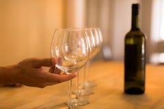 Bartender som häller ett exponeringsglas av vin på en stång wine för bägarehandavsmakning Sköta om händelse royaltyfri fotografi