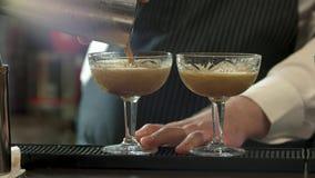 Bartender som häller tjocka coctailar lager videofilmer