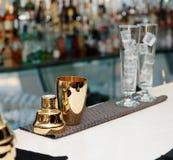 Bartenderhjälpmedel på stång kontrar, kopierar utrymme royaltyfria bilder