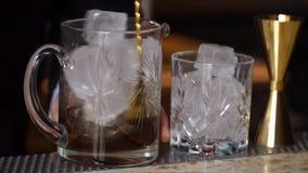 Bartendern förbereder coctailar och danandealkoholdrinkar arkivfilmer