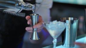 Bartendern förbereder den alkoholiserade coctailen Royaltyfri Fotografi