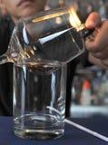 Bartendern gör den varma alkoholisten royaltyfri foto