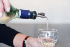 Bartendern gör en coctail Förberedelse av den kosmopolitiska coctailen royaltyfri foto