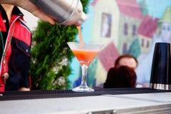 Bartendern gör jordgubbemargaritor royaltyfri bild