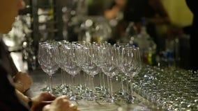 Bartendern häller alkoholiserade coctailar Närbildskott HD