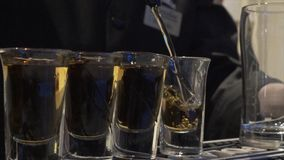 Bartendern häller många B52 eller whisky Bartender som häller den nya coctailen i utsmyckat exponeringsglas Bartendershow _ fotografering för bildbyråer