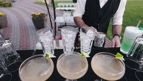 Bartendern levererar de förberedda coctailgästerna lager videofilmer