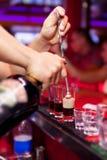 Bartenderns händer i inre stång är hälld starksprit fotografering för bildbyråer