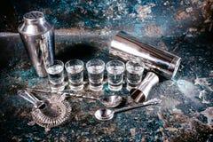 Bartending hjälpmedel med shaker, skottexponeringsglas och alkoholdrycker Stångdetaljer, glass alkoholiserade skott för uteliv arkivbilder