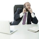 BartGeschäftsmann auf Schreibtisch mit Handy Lizenzfreie Stockbilder