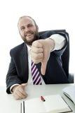 BartGeschäftsmann am Schreibtischdaumen unten Lizenzfreie Stockbilder