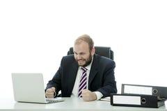 BartGeschäftsmann wird am Schreibtisch frustriert lizenzfreie stockfotos