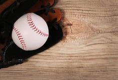 bartlet Шарик в перчатке над деревянной предпосылкой Стоковое Фото