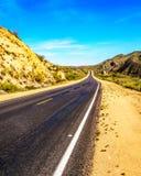 Bartlett Dam Road aangezien het door het semi woestijnlandschap van het Nationale Bos van Tonto windt Stock Foto's
