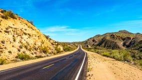 Bartlett Dam Road como ele enrola com semi a paisagem do deserto da floresta nacional de Tonto Fotos de Stock