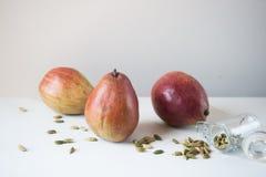 Bartlett Pears- und Kardamom-Hülsen-Samen lizenzfreie stockfotos