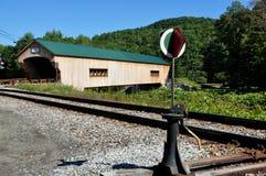 Bartonsville, VT: Eisenbahn-Schalter u. überdachte Brücke Lizenzfreie Stockbilder