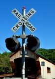 Bartonsville, VT: Luz de la travesía de ferrocarril y puente cubierto Fotos de archivo libres de regalías