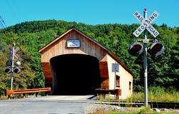 Bartonsville, VT: Luz de la travesía de ferrocarril y puente cubierto Foto de archivo libre de regalías