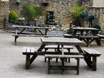 Barträdgårdbänkar med trädgården Arkivbild