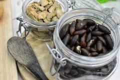 Baru-Nüsse angezeigt in den verschiedenen Formen stockfoto