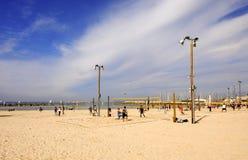 Тель-Авив, Израиль - 4-ое февраля 2017: Группа в составе молодые люди играя волейбол на телефоне Baruch пляжа стоковая фотография
