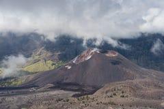 Barujari dziecka lub wulkanu Rinajni wulkan w chmurnym dniu, Lombok ja Obrazy Stock