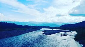 Barumun河、天空和小山 库存图片