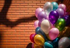 Barwiący balony na ściana z cegieł tle zdjęcie royalty free