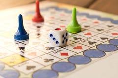 Barwiący gemowi układy scaleni z kostka do gry na bawić się desce Deskowy g obrazy stock