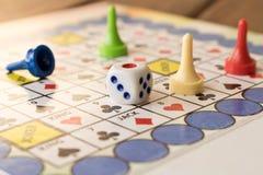 Barwiący gemowi układy scaleni z kostka do gry na bawić się desce Deskowy g fotografia royalty free
