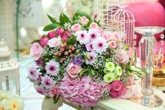 Barwiący kwiatu bukiet Barwiący zaręczynowy kwiatu bukiet Piękny bukiet barwiony róża opakunek z białym papierem Obrazy Stock