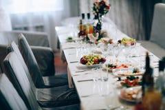 Barwiący kwiaty na ślubu stole zdjęcie royalty free