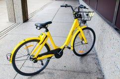 Barwiący rowerowy ` Ofo roweru udzielenia ` jest dockless Ofo systemu uses otwierać bicykle smartphone app Zdjęcia Royalty Free