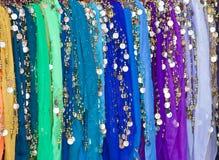 Barwiący scarves wiesza z złocistymi i srebnymi monetami Obrazy Stock