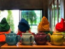 Barwiący teapot na drewnianym stole z kawiarni światłem zdjęcia royalty free