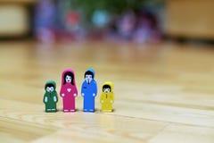Barwić drewniane figurki rodzina z dwa dziećmi na drewnianym podłogowym tle rodzice wpólnie, dzieci od differe fotografia stock
