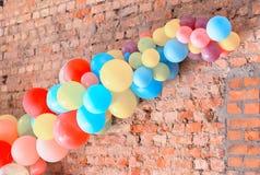 Barwić piłki dołączać ściana z cegieł Zdjęcia Royalty Free
