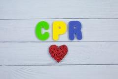 Barwi abecadło w słowa CPR skrócie Cardiopulmonary resuscitation na białym drewnianym tle zdjęcia royalty free