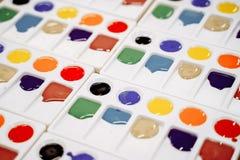 Barwiąca farba w plastikowej palecie zdjęcia stock
