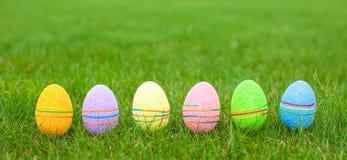 Barwiący Wielkanocni jajka na zielonej trawie Obrazy Stock