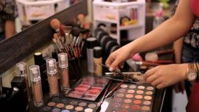 barwi fachowych różnych kosmetyków eyeshadows Makijażu artysta wybiera kosmetyki dla klienta w salonie zbiory wideo