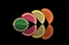 Barwi jujubę w cukierze na neutralnym czarnym tle zdjęcie stock