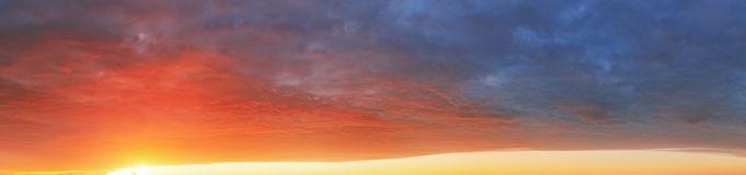 Barwi nieba tło przy zmierzchem - panoramiczny widok Obrazy Stock